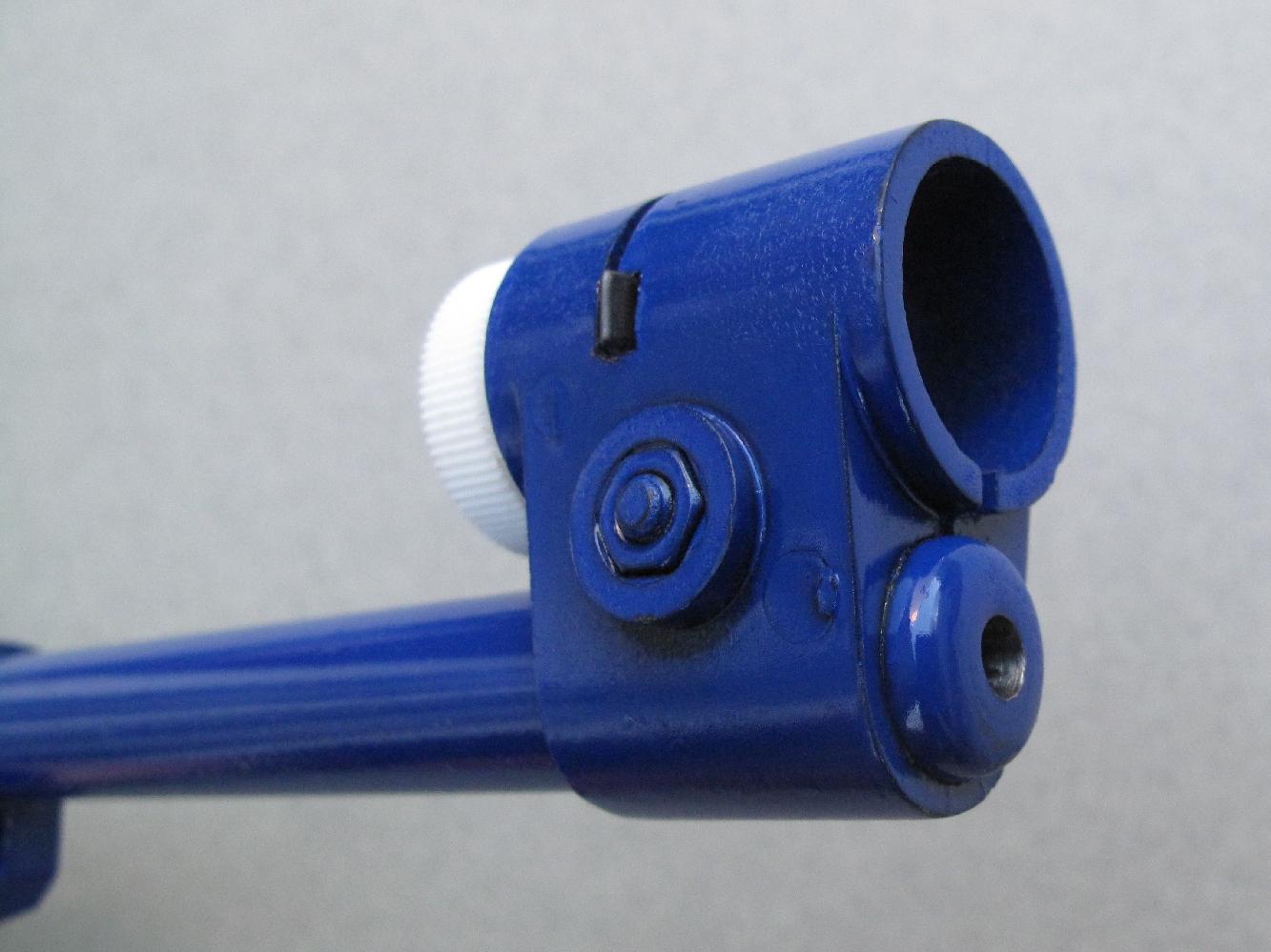 Le modèle PA est doté d'un guidon à tunnel recevant des inserts interchangeables et fixé sur le canon par une vis permettant d'en régler l'orientation.