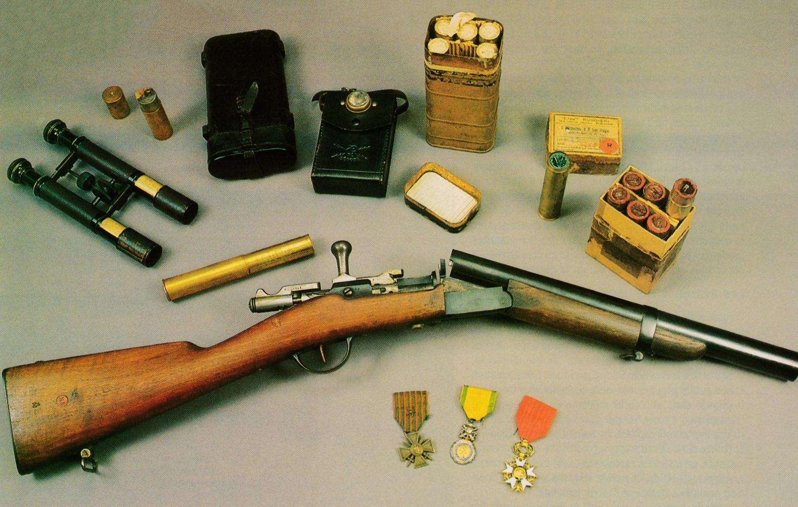 Fusil Gras transformé en lance-fusées de calibre 25 mm, accompagné par quelques objets d'époque : paire de jumelles télémétriques ; briquet de tranchée fabriqué à partir d'une douille de 25 mm ; lampe de poche en cuir ;boîte métallique étanche contenant six cartouches éclairantes de 25 mm (longueur de 180 mm) ; boîte en carton contenant six cartouches à trois étoiles rouges et décorations (Croix de Guerre, Médaille Militaire et Légion d'honneur).