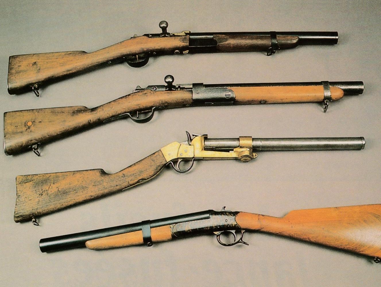"""Différents modèles de fusils lance-fusées de calibre 25 mm, de haut en bas : fusil Gras, transformation anonyme ; fusil Gras transformé par la maison Chobert ; modèle à canon pivotant fabriqué par l'entreprise Mathiot ; modèle de type """"Simplex"""" construit sur la base d'un fusil de chasse mono-coup."""