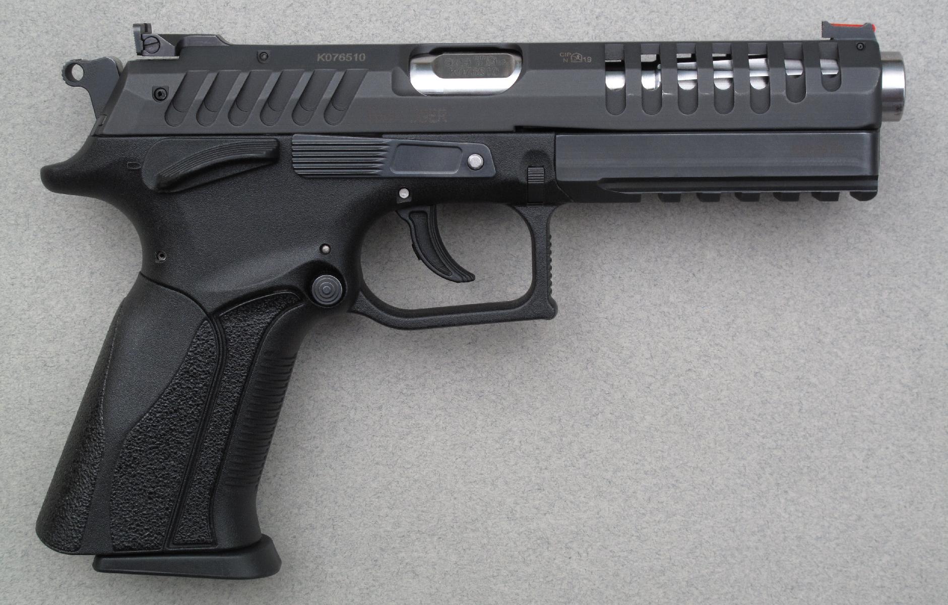 Original par son canon à verrouillage rotatif et ses commandes totalement ambidextres, ce pistolet l'est également par le profond rainurage et les évents de sa culasse à glissière.