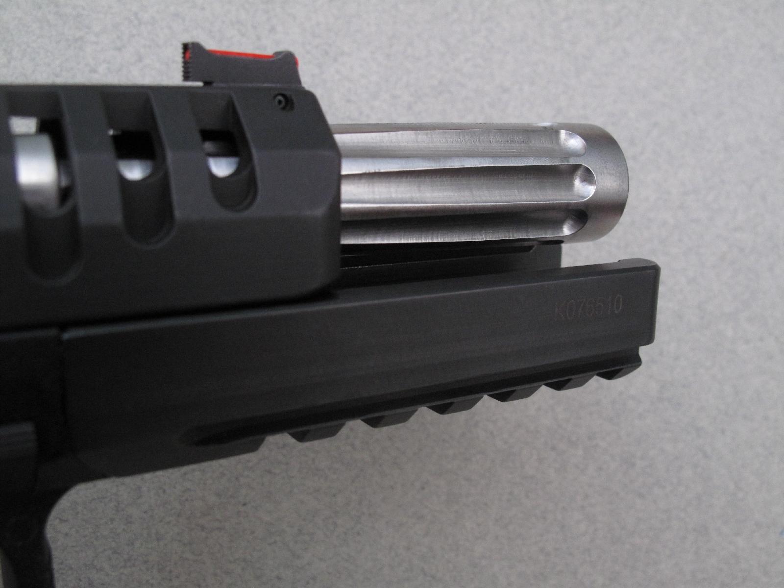 Cette vue de l'arme culasse ouverte permet de mieux observer son canon évasé et cannelé, usiné dans un lourd barreau d'acier au chrome-vanadium.