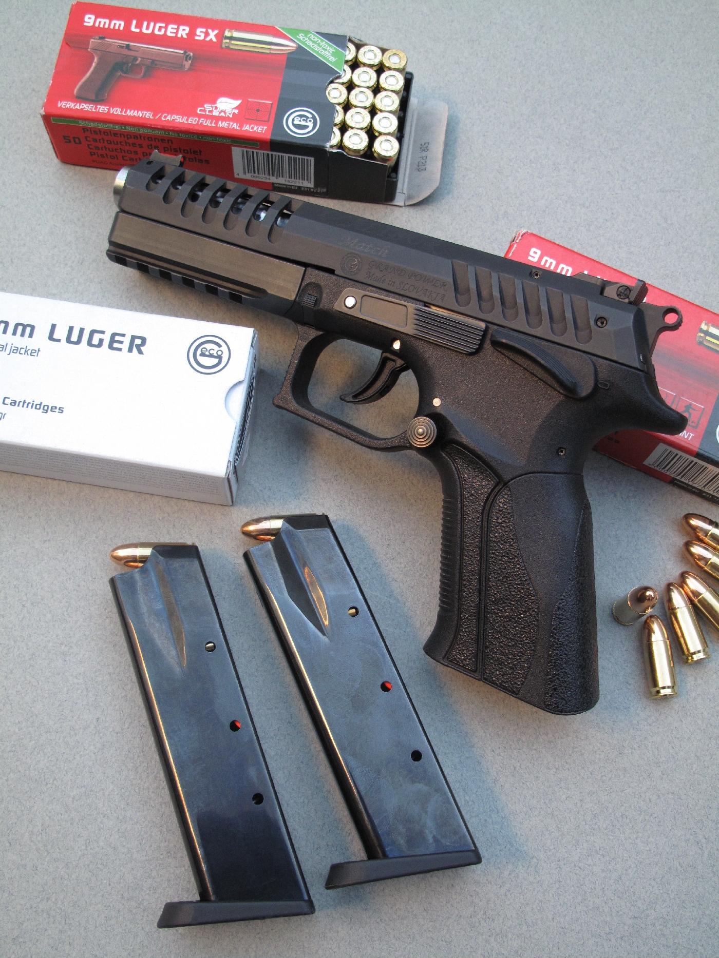 Le pistolet Grand Power X-Calibur Match est accompagné ici par ses deux chargeurs et différentes boîtes de munitions manufacturées par la firme allemande Geco.