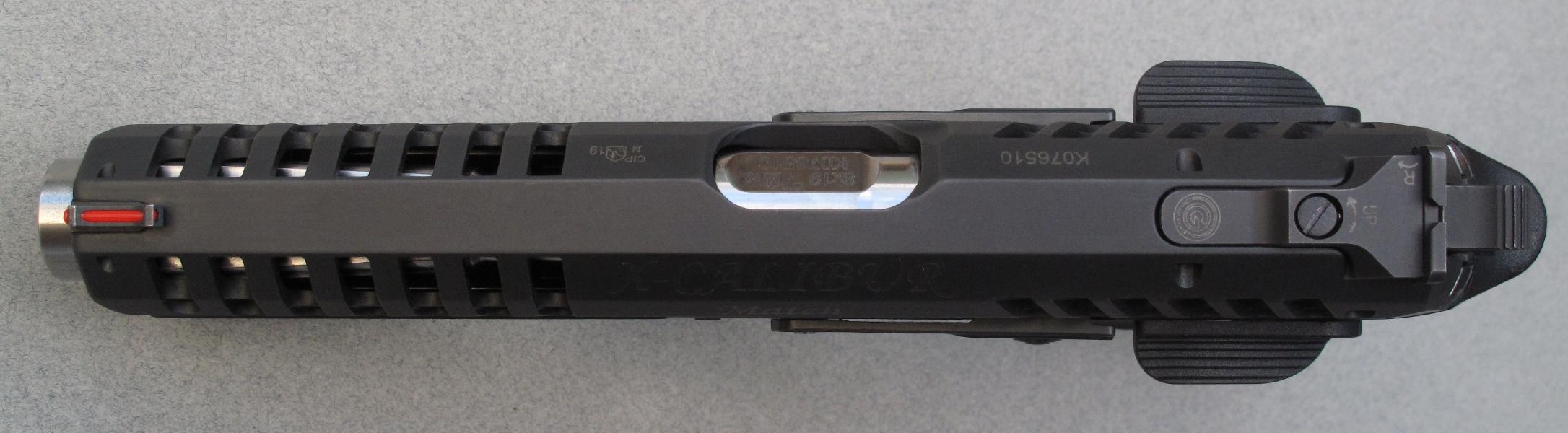 Son guidon en acier, goupillé à l'extrémité antérieure de la culasse à glissière, intègre une fibre optique de couleur rouge tandis que sa hausse micrométrique, goupillée à l'autre extrémité et également construite en acier, est réglable en site et en azimut.