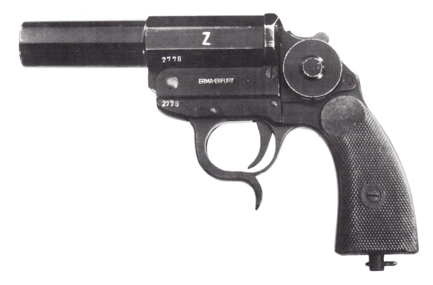 """Kampfpistole fabriqué par la firme Erma, immédiatement reconnaissable à la lettre """"Z"""" gravée sur le côté gauche de son canon rayé. Cet exemplaire est de plus muni du niveau à bulle permettant de définir avec précision l'angle de tir."""
