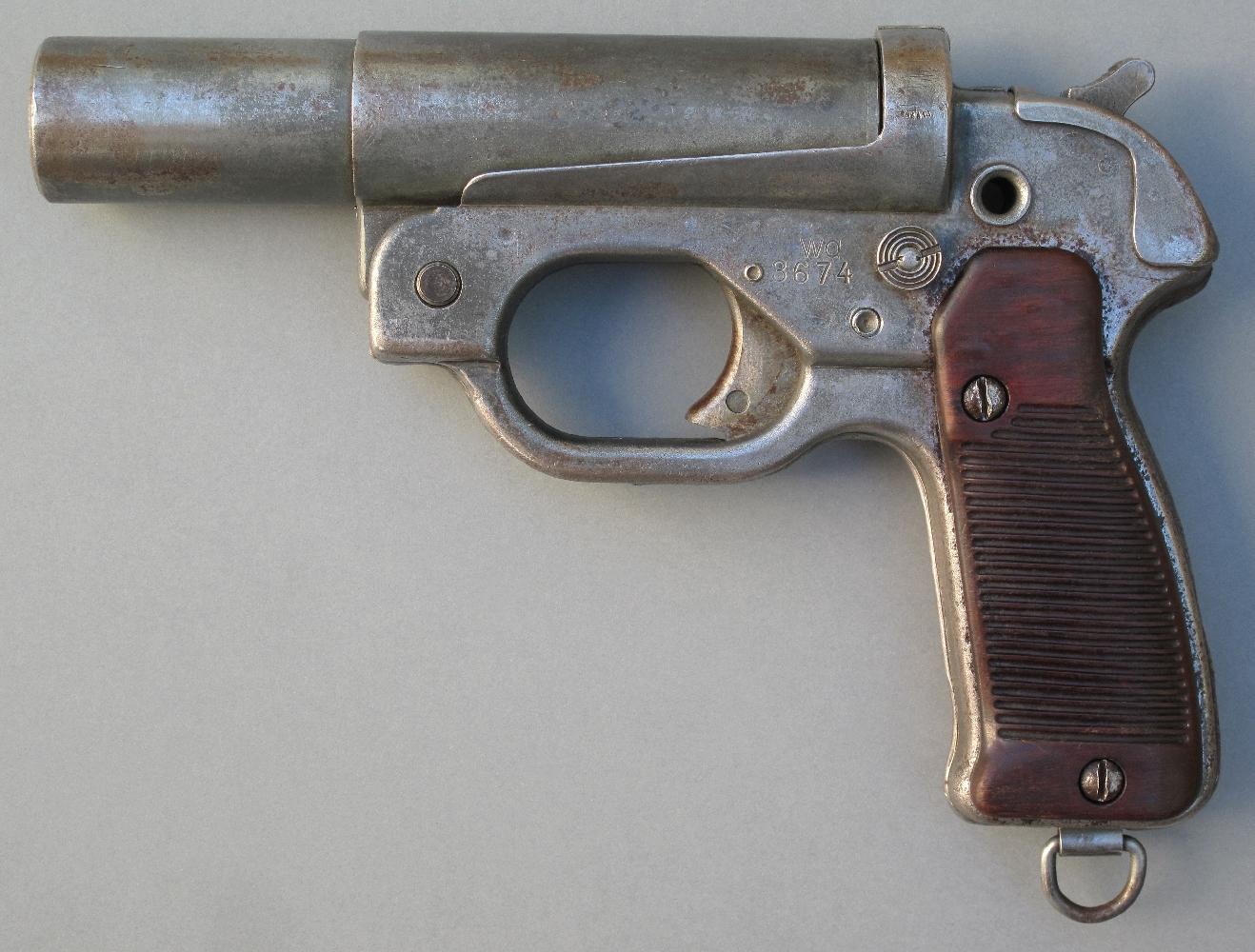 """Produit à partir de 1942, le modèle LP 42 (Gazette des Armes N°494) se révèle très fiable, malgré sa fabrication rustique en tôle emboutie et soudée. Cet exemplaire a été produit par la Waffenfabrik Hugo Schneider à Leipzig (code de guerre """"wa"""")."""