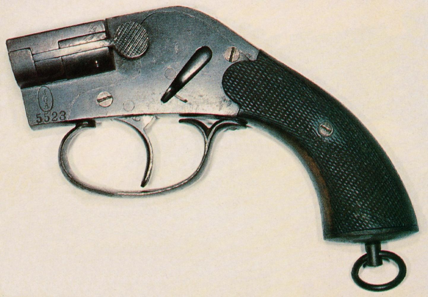 """Le pistolet """"système Eisfeld"""" est un modèle dont la culasse à tabatière s'ouvre pour le chargement grâce à un bouton-poussoir situé sur le côté gauche."""