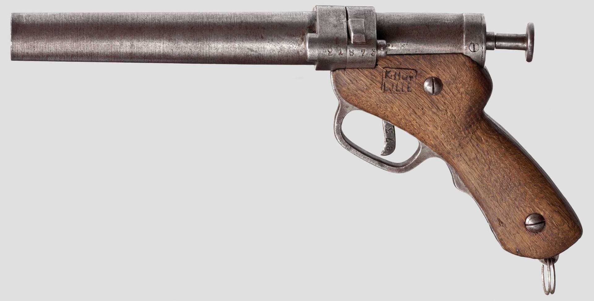"""Dénommé """"Kommandantur Lille"""", ce pistolet signaleur de conception rustique a été produit au cours de la Grande Guerre dans les ateliers de l'usine Peugeot de Lille alors occupée par les Allemands."""
