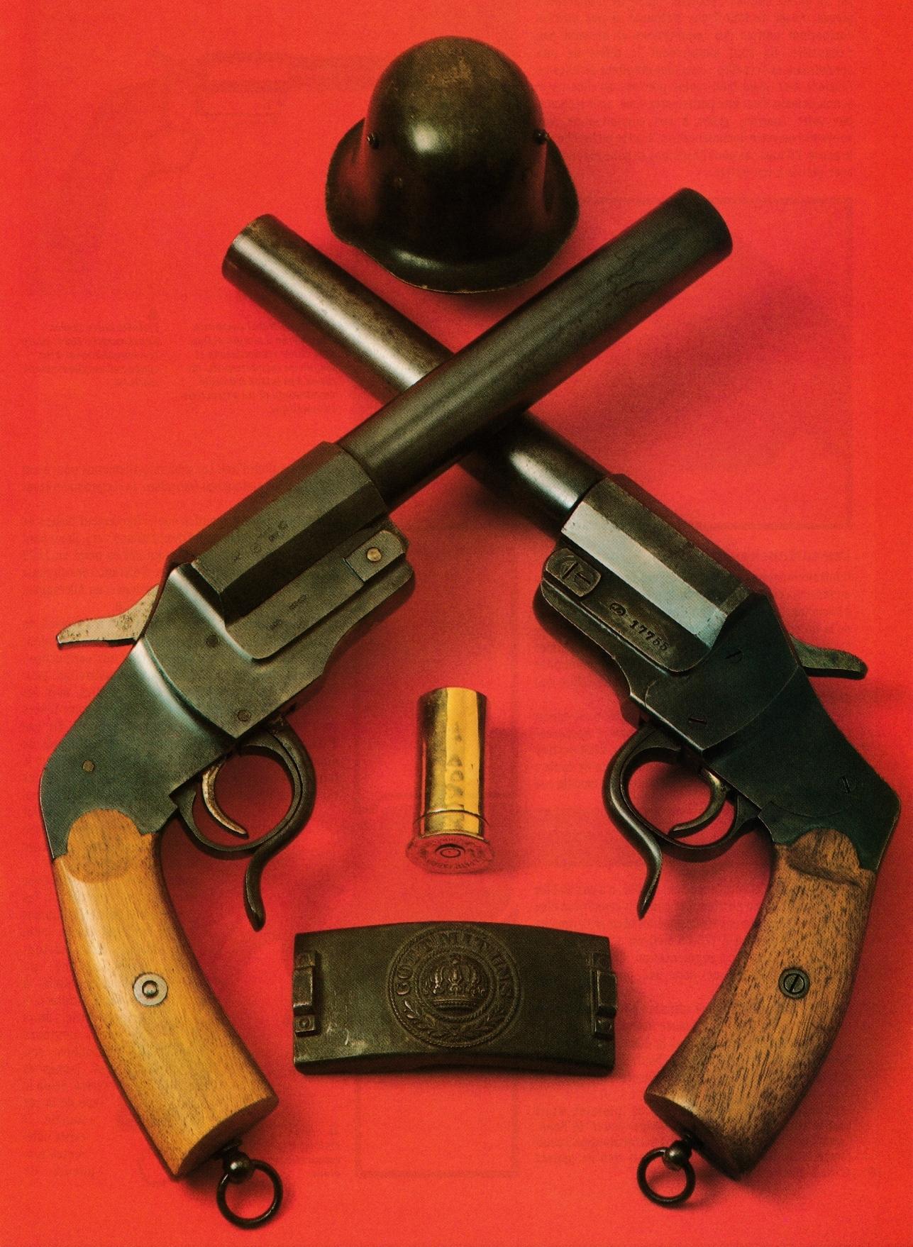 Deux exemplaires du Hebel modèle 1894, le plus classique des pistolets lance-fusées employés par les Allemands au cours de la Grande Guerre.
