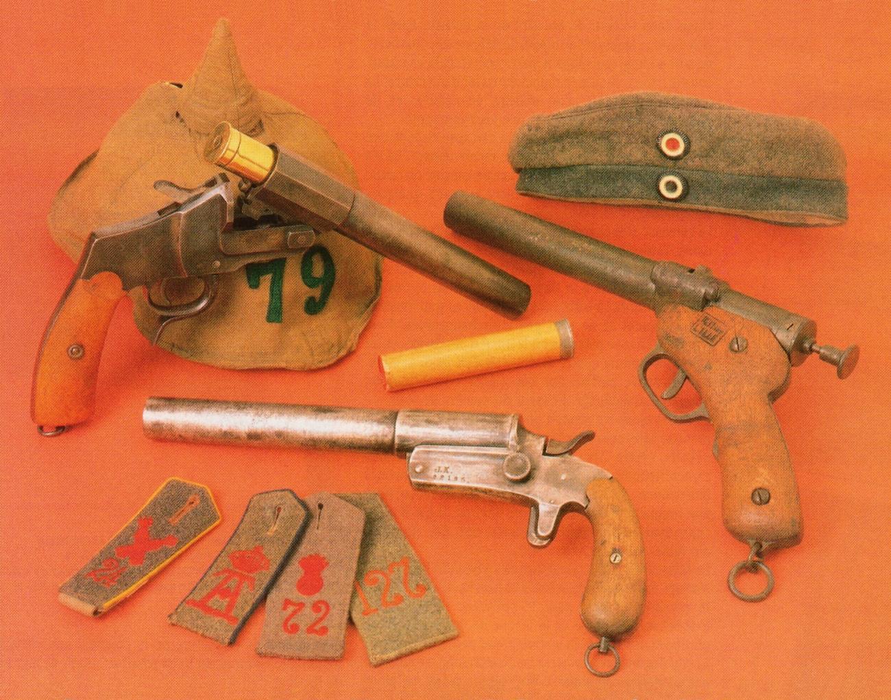 Les trois principaux modèles réglementaires allemands côtoient un casque à pointe recouvert d'une housse de camouflage, une casquette Feldmutze de chasseurs à pied prussiens ainsi qu'une sélection de pattes d'épaule d'infanterie et d'artillerie.