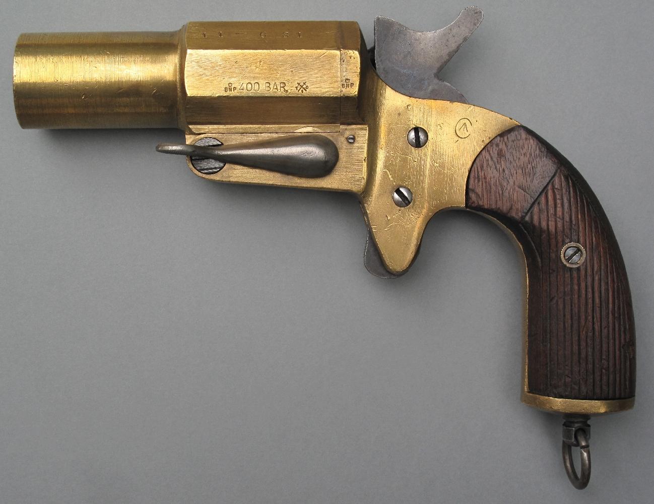 Afin de faciliter l'approvisionnement en cartouches de leur corps expéditionnaire, les américains adoptent, en août 1918, un modèle dénommé Very Mark IV qui est une copie du pistolet signaleur français de calibre 25 mm.