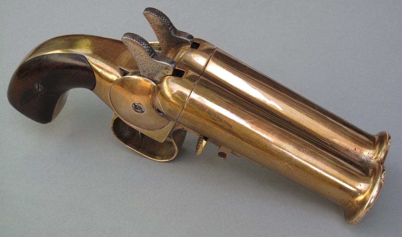 """Baptisé """"Submarine"""" par les collectionneurs, cette rare déclinaison à double-canon du pistolet Weber était en service à bord des sous-marins au cours de la Première Guerre mondiale."""