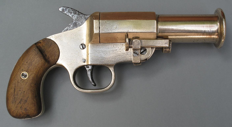 """Dénommé """"Weber"""" par les collectionneurs, ce pistolet signaleur dérivé du modèle 1899 se caractérise par son canon long muni d'un renfort à la bouche."""