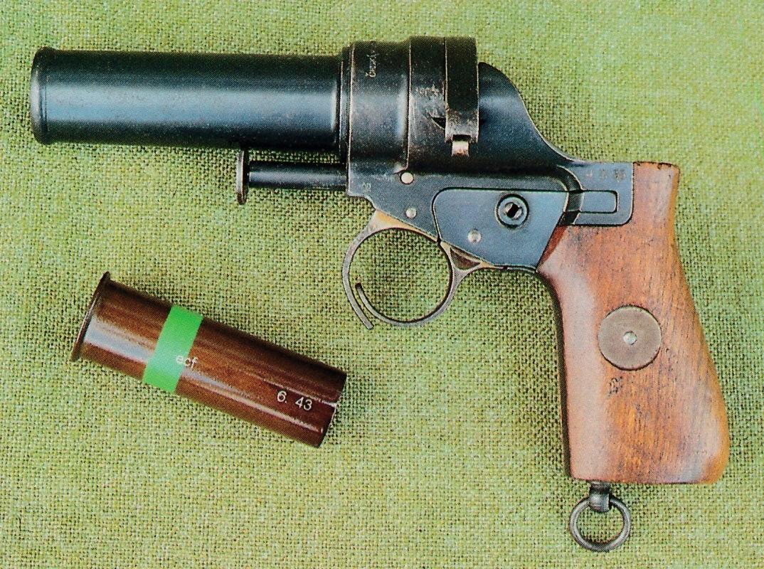 Version à poignée lisse, en noyer huilé, du modèle produit de 1930 à 1938.