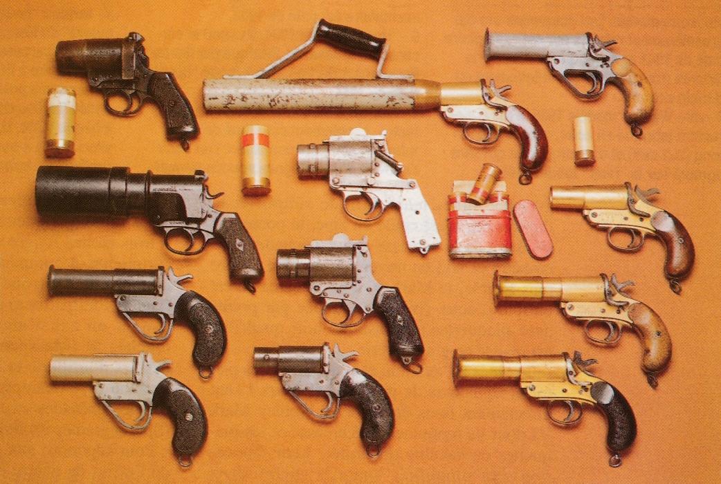 Divers pistolets lance-fusées britanniques, de gauche à droite et de haut en bas : Webley N°3 Mark I ; Schermuly lance-amarres de 42 mm fabriqué sur la base d'un pistolet signaleur Mark III ; N°1 Mark IV en zinc ; Pistol Grenade N°2 1/2 Mark I ; rare modèle d'aviation N°4 Mark I ; N°I Mark III ; N°1 Mark V ; Modèle d'aviation N°4 Mark I ; N°1 Mark III fabriqué par Webley ;Variante du Mark V à canon en maillechort ; N°2 Mark V ; N°1 Mark III fabriqué en Australie en 1942.