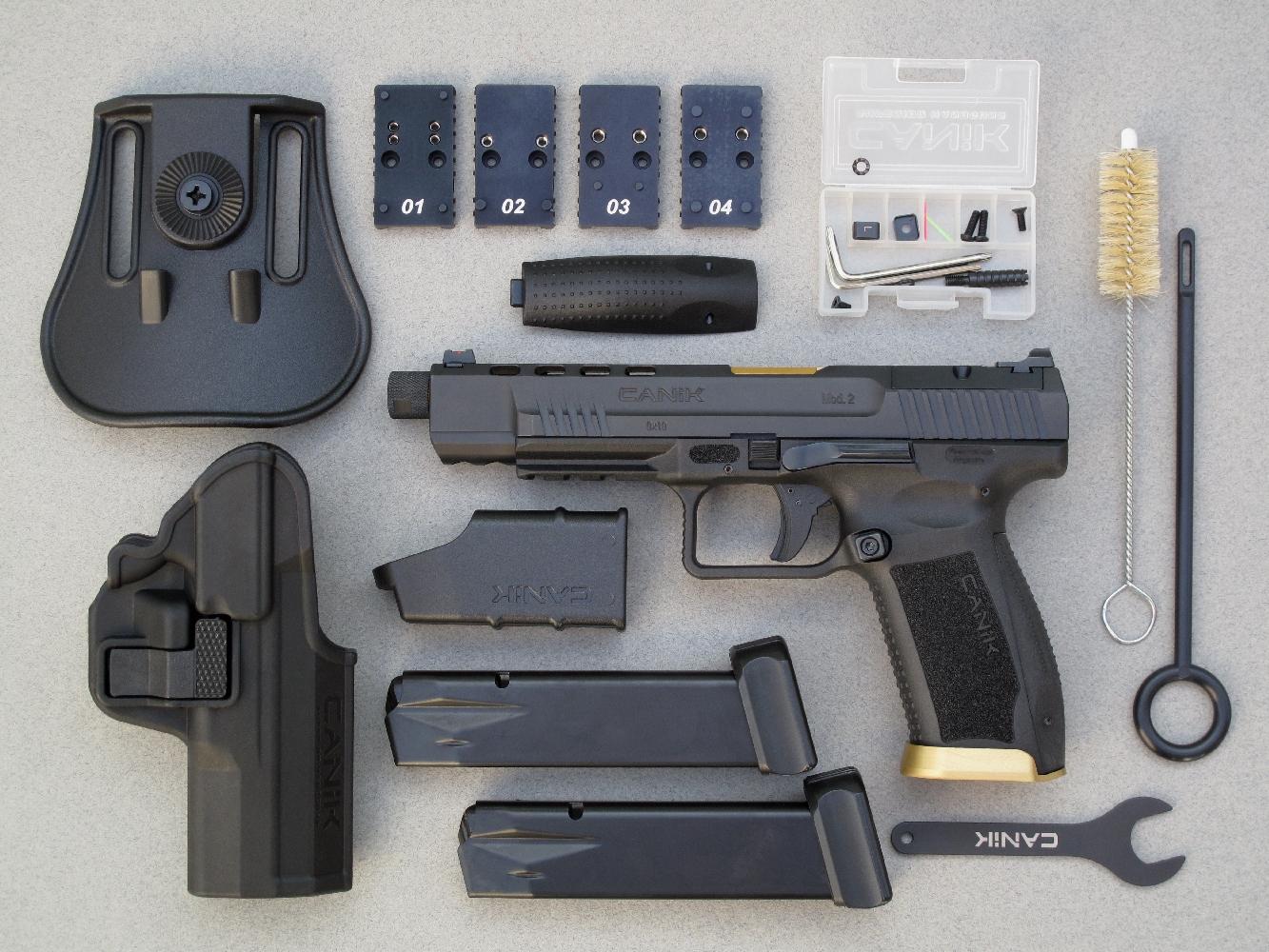 Ce pistolet est livré dans une mallette de transport renfermant un grand nombre d'accessoires : un holster à rétention avec sa fixation de type Paddle, deux chargeurs de 20 coups, une chargette, un écouvillon, un tire-chiffon, une clé pour le démontage du bouchon de canon, deux dos de poignée interchangeables, trois extensions du bouton-poussoir de déverrouillage du chargeur, deux fibres optiques pour le guidon (verte et rouge), un levier d'armement et quatre platines de fixation dédiées aux différents microviseurs reflex disponibles sur le marché.
