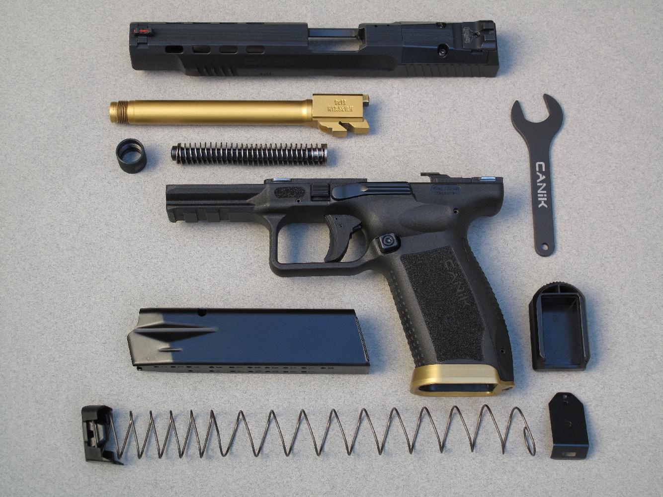 Les utilisateurs qui négligeront l'entretien n'auront aucune excuse, parce que le démontage sommaire de l'arme et de son chargeur sont d'une extrême facilité.