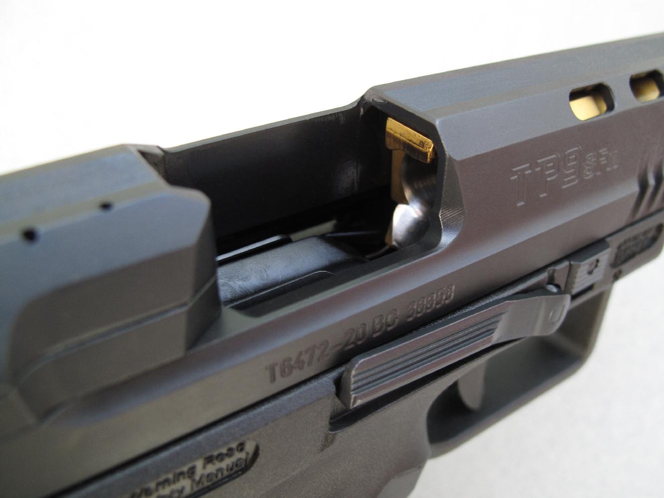 Sa fenêtre d'éjection aux dimensions généreuses participe au bon fonctionnement de l'arme.