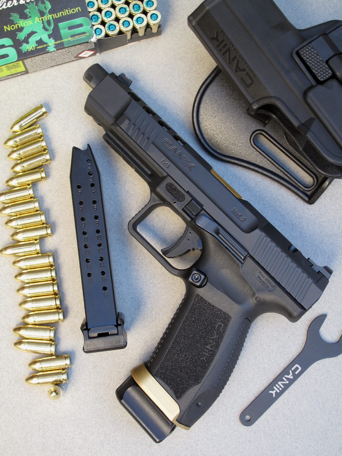 Ce pistolet est livré avec deux chargeurs de vingt coups, un holster à rétention de type Paddle ainsi que la clé permettant de dévisser la bague qui protège le filetage de son canon.