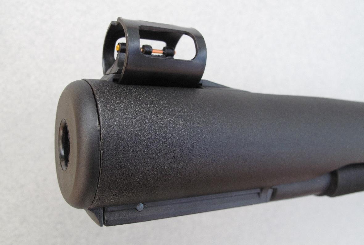 Son canon comporte un généreux frein de bouche, sur lequel est fixé le guidon à fibre optique et sous lequel est moulé un rail porte-accessoires.