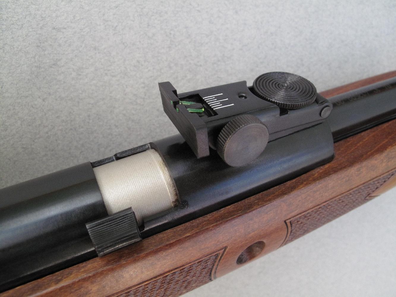 Le poussoir qui permet d'ouvrir la culasse pivotante reste verrouillé tant que le mécanisme n'a pas été armé.
