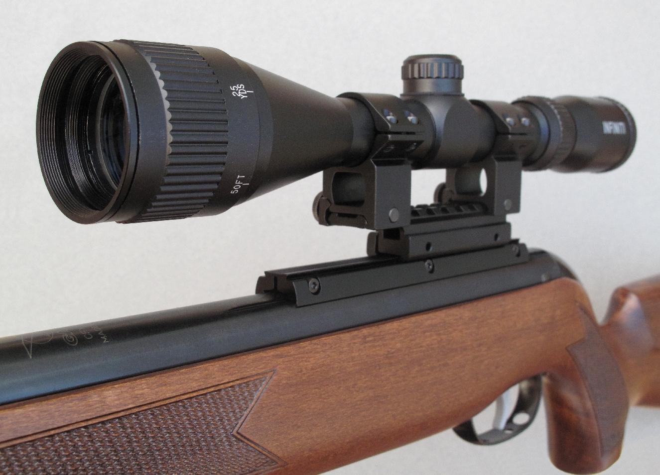 L'objectif de la lunette comporte une bague destinée au réglage de la parallaxe. Son canon comporte un généreux frein de bouche, muni d'un rail porte-accessoires.