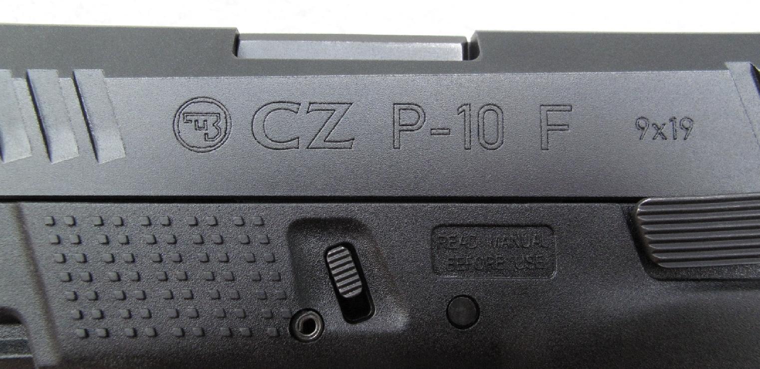 La dénomination de ce modèle est gravée sur le flanc gauche de la glissière, encadrée par le logo de la firme tchèque et l'indication du calibre.