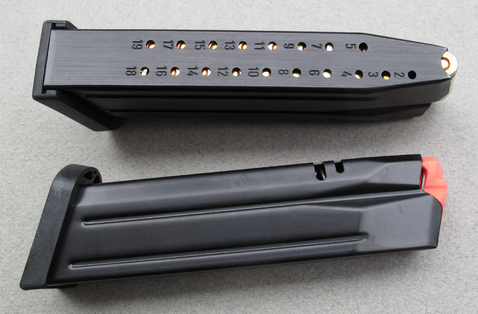Les dix-huit trous, numérotés de 2 à 19, percés dans la paroi arrière du chargeur permettent d'en vérifier le remplissage. On notera un décalage, délibérément réalisé pour faciliter cette lecture en fonction du positionnement du culot des cartouches.