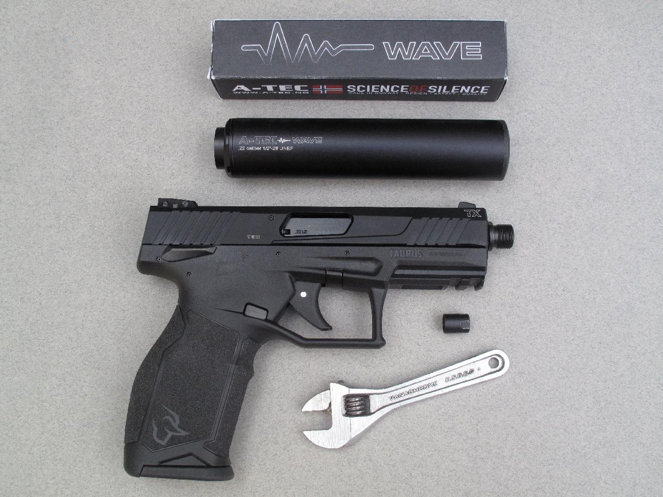 Nous avons équipé notre arme de test d'un silencieux « Wave » de la firme norvégienne A-TEC. Cette installation se fait par l'intermédiaire d'un adaptateur répondant à la norme « 1/2 – 28 UNEF », disponible en option. A noter que la petite clé à molette permettant d'effectuer cette opération n'est pas fournie avec le pistolet.