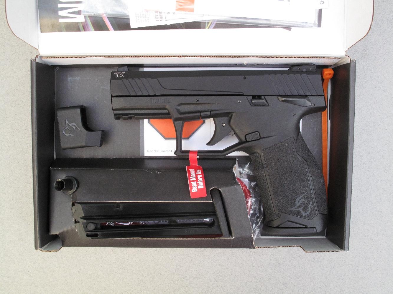 Ce pistolet est livré dans une simple boîte en carton, accompagné par deux chargeurs, une chargette et un cadenas à câble. La bague adaptatrice indispensable pour l'installation d'un silencieux est en option.