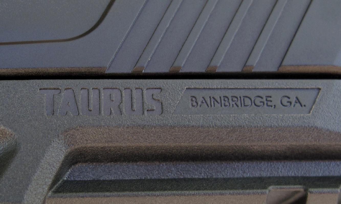 Le nom du fabricant brésilien, moulé sur le flanc gauche de la carcasse, est accompagné de l'adresse de sa filiale américaine située à Bainbridge, en Géorgie.