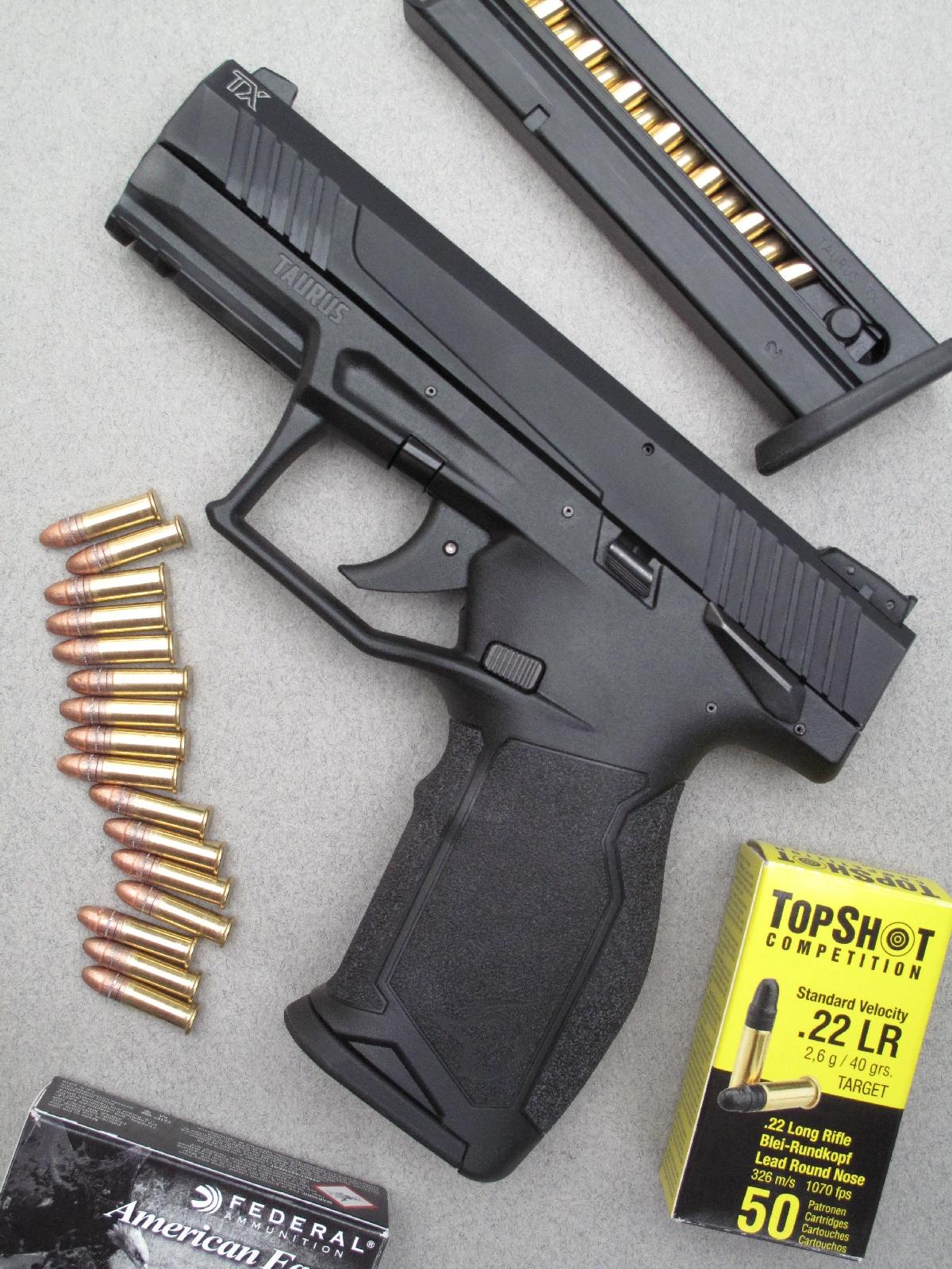 Ce nouveau modèle de petit calibre reprend les codes des pistolets de combat modernes, avec notamment une carcasse en polymère munie d'un rail porte-accessoires, une détente de type Striker et une procédure de démontage simplifiée.