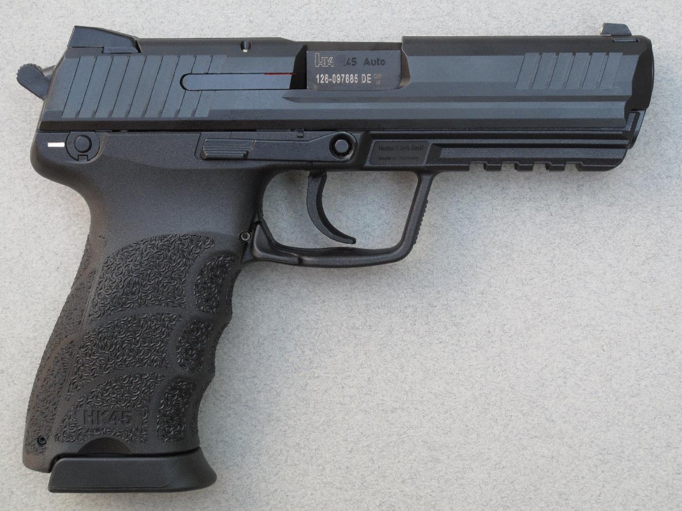 Il se présente comme un pistolet semi-automatique de taille standard, chambré en calibre majeur et alimenté par des chargeurs de dix coups.