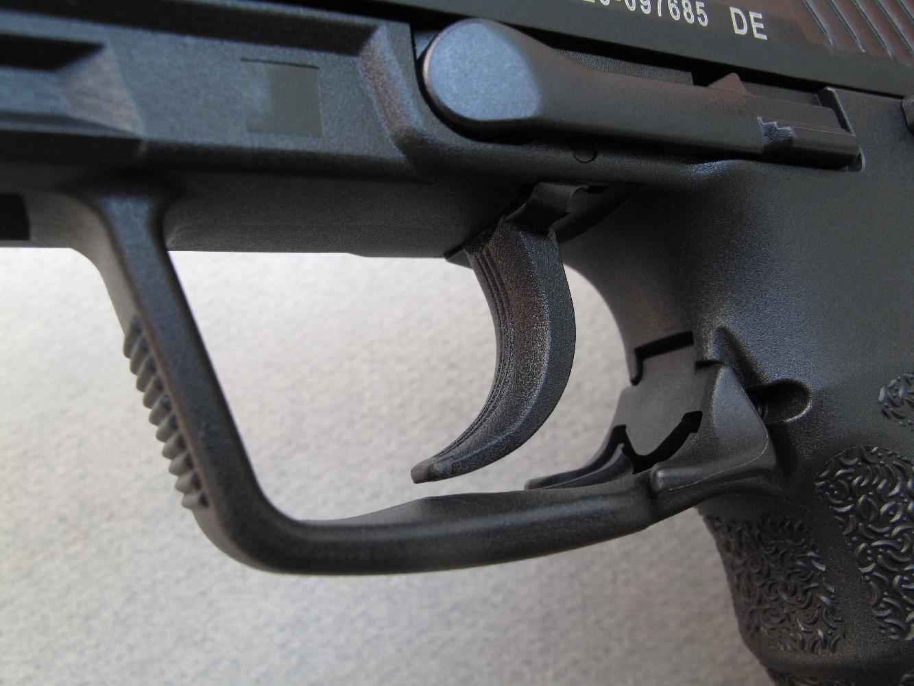 La commande ambidextre de déverrouillage du chargeur intégrée au pontet peut être actionnée avec une facilité déconcertante quelle que soit la position de la main.