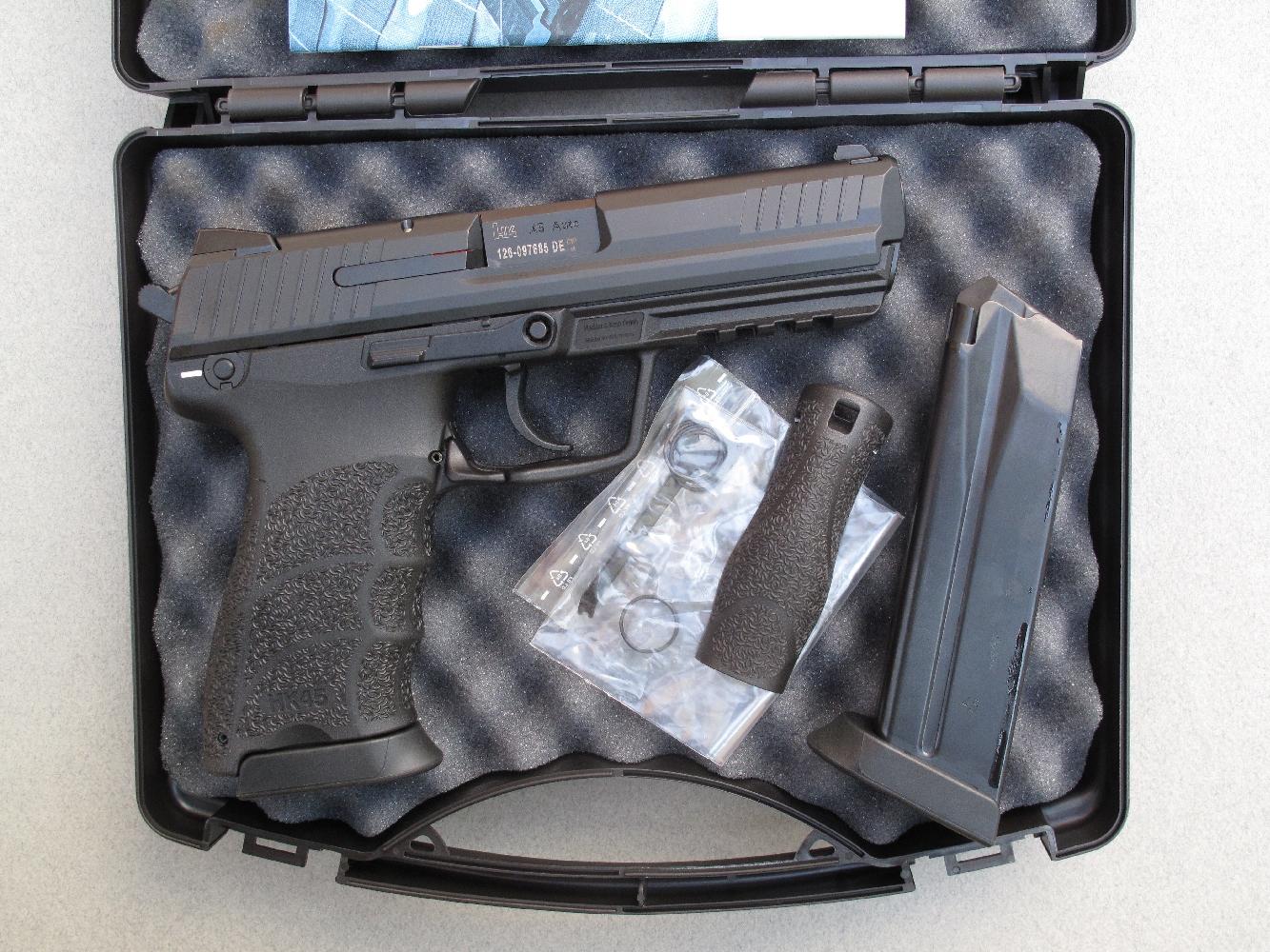 L'arme est livrée dans une mallette, accompagnée par deux chargeurs, quatre joints de bushing de rechange, deux dos interchangeables et une clé permettant d'actionner son verrouillage de sûreté.