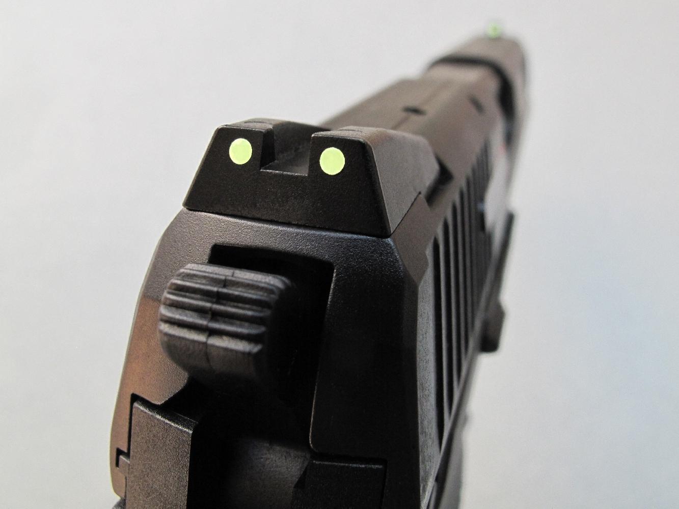 Les éléments de visée reçoivent des inserts photo luminescents permettant une prise de visée nocturne par alignement de trois points.