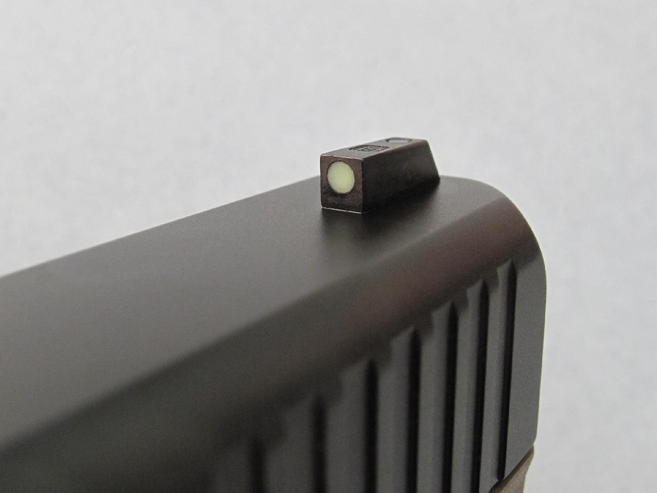 Ce même matériau photoluminescent est employé pour former le point d'aide à la visée inséré au centre du guidon.