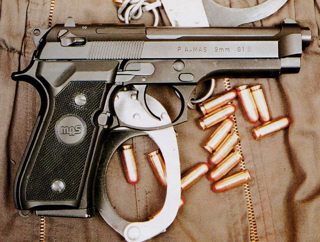 Pistolet de gendarmerie MAS G1 S accompagné de cartouches MEN QD1 et d'une paire de menottes.