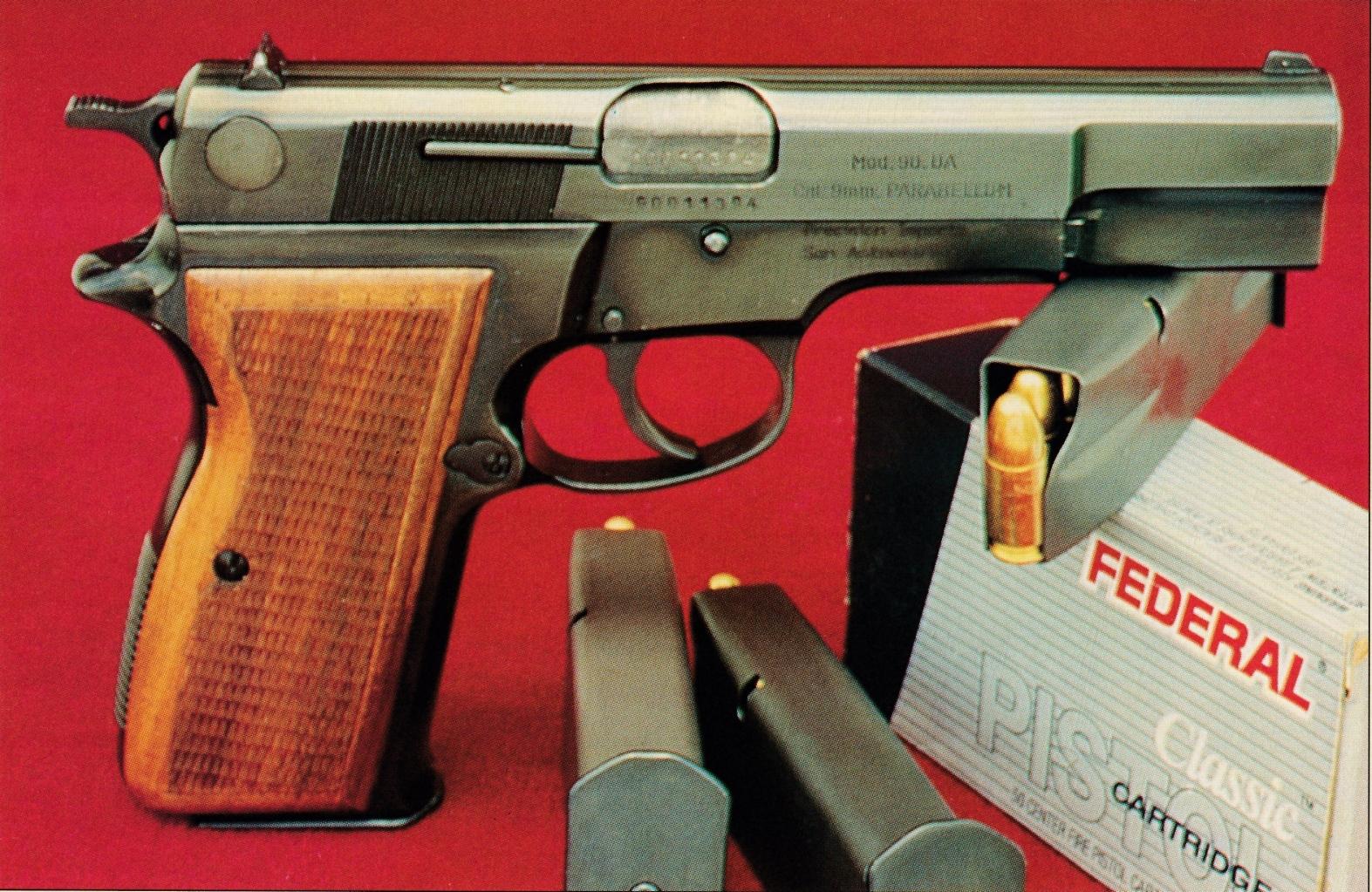 Si le Mauser emprunte au GP 35 (version de 1973 modèle 1001 « Vigilante ») sa hausse de type combat et son chien allégé par un trou central, il se démarque notamment par son levier de sûreté de type « decocker ».