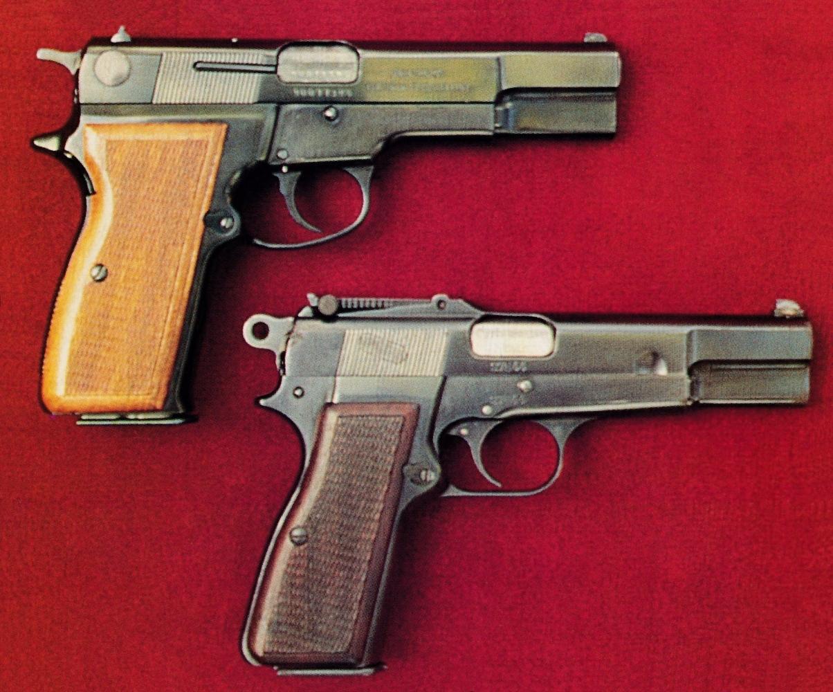 Comparaison entre le Mauser 90 DA et un Browning « Capitan », version militaire du « Vigilante » dotée d'une hausse à curseur graduée jusqu'à 500 m et pouvant recevoir un étui-crosse d'épaule amovible.