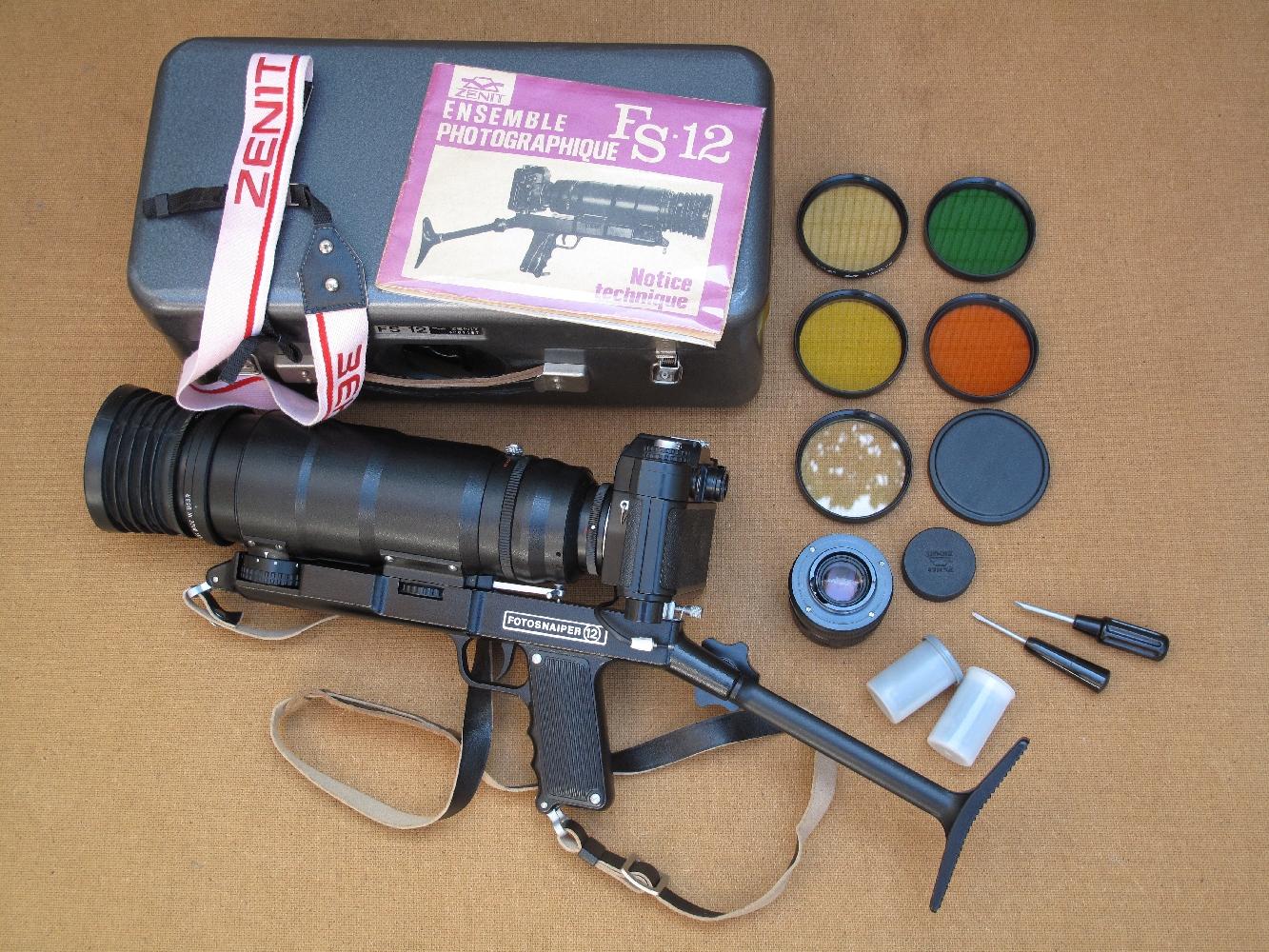 Le kit se compose d'un boîtier reflex « Zenit 12XPS », d'un fût métallique avec poignée pistolet, d'une crosse d'épaule métallique, d'un objectif standard « Helios-44M-4 » de 58 mm, d'un téléobjectif « Tair-3S » de 300 mm, d'un filtre UV, de deux filtres jaunes, d'un filtre orange, d'un filtre vert, de deux tournevis et deux pellicules photo format 24 x 36.