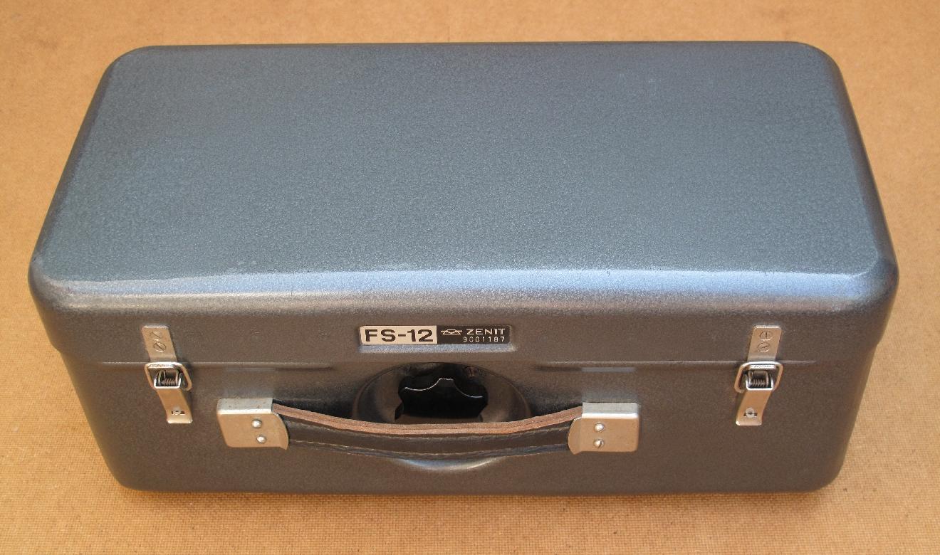 Le Photosnaiper accompagné par ses accessoires est contenu dans une robuste mallette métallique (38 cm x 19 cm x 16 cm) dont le poids atteint 5,400 kilogrammes.